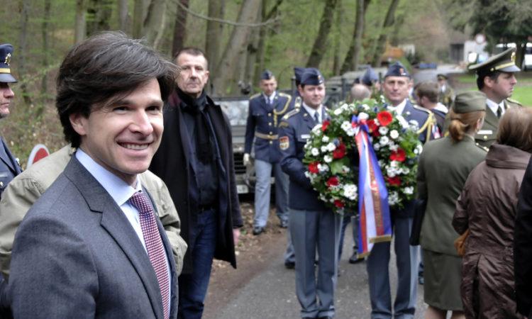 Velvyslanec Andrew Schapiro pokládá věnec u památníku devíti amerických pilotů nedaleko Konopiště.