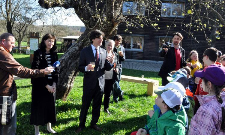 Velvyslanec Schapiro si připijí místním moštem s páťáky místní školy v Hostětíně na oslavu Dne Země 22. dubna 2015. (foto Velvyslanectví USA)