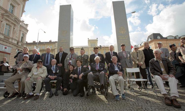 Velvyslanec Schapiro s americkými veterány před pomníkem Díky, Ameriko.