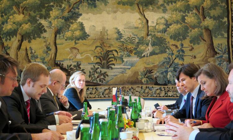 Náměstkyně ministra zahraničí USA Victoria Nulandová se během své návštěvy Prahy 18. června 2015 sešla s českými představiteli a za USA vedla s českou stranou jednání strategického dialogu.