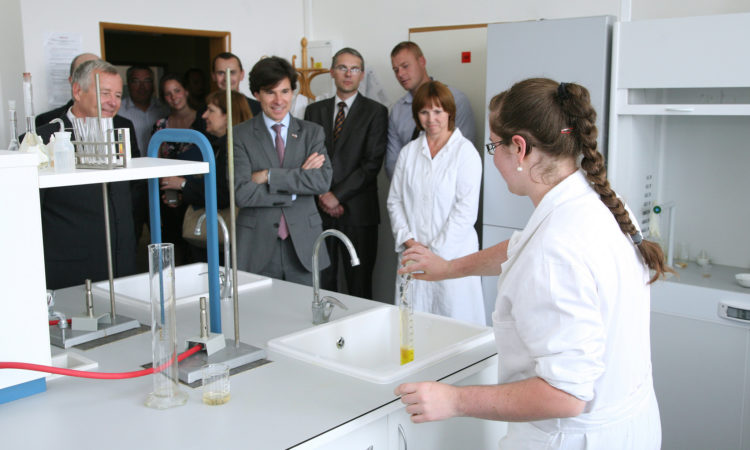 Ambassador Andrew Schapiro watches a chemical experiment at the combined Elementary and High School in Prostějov on June 11, 2015. (photo Lukáš Andrýsek)