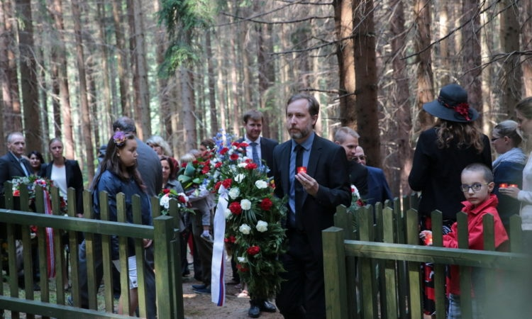 U.S. Embassy's Political Officer Nathan Webber lays wreath at a memorial at Hodonín u Kunštátu on August 24, 2015. (photo U.S. Embassy Prague)