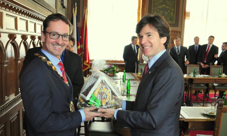 Velvyslanec Andrew Schapiro dostal od starosty Martina Charváta tradiční pardubnický perník. (foto Velvyslanectví USA)