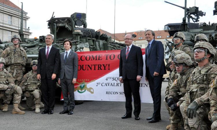 Velvyslanec Schapiro se přivítal s americkými vojáky v kasárnách Praze-Ruzyni společně s generálním tajemníkem NATO Jensen Stoltenbergem, českým premiérem Bohuslavem Sobotkou a ministrem obrany Martinem Stropnickým.