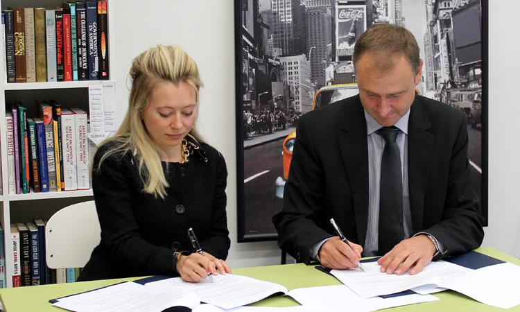 Kulturní atašé Erin Kotheimer a prorektor ZČU Ladislav Čepička podepisují Memorandum o porozumění. (foto Západočeská univerzita)
