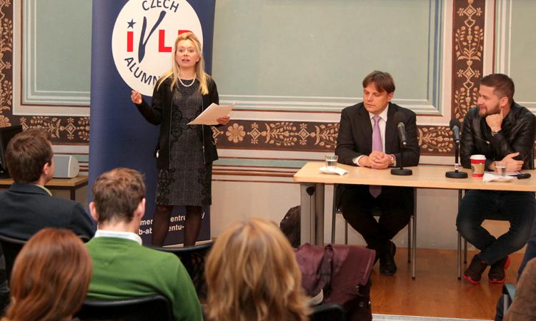 Kulturní atašé zahajuje diskusi Pavla Kohouta a Aleše Michla. (foto Velvyslanectví USA)