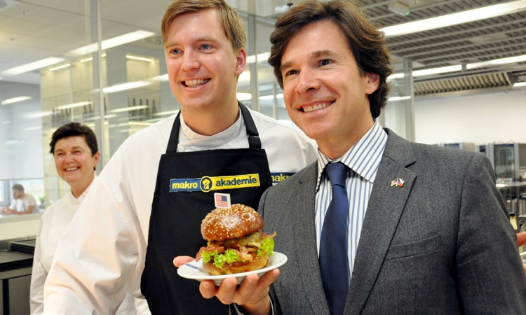 The U.S. Ambassador Andrew Schapiro and Chef of MAKRO Academy at the Taste of America. (photo U.S. Embassy Prague)