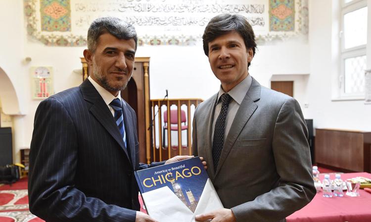 Velvyslanec USA v CR Andrew H. Schapiro se setkal s předsedou Islámské nadace v Brně panem Muneeb Alrawim.