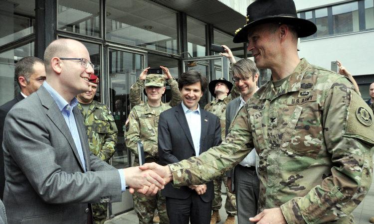Premiér Bohuslav Sobotka se zdraví s velitelem 2d Cavalry Regiment Johnem Meyerem ve Vyškově, kde se sešel s českými a americkými vojáky i velvyslanec Andrew Schapiro.