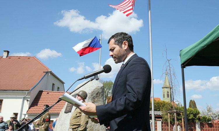 Tiskový atašé Daniel Ernst se zúčastnil oslav 71. výročí konce 2. světové války v Sušici, Horažďovicích a Kašeprských horách. #osvobození