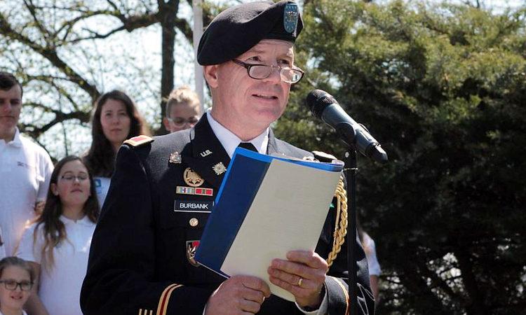 Vojenský atašé John Burbank na pietním aktu u památníku americké armádě v Tachově 2. května 2016.