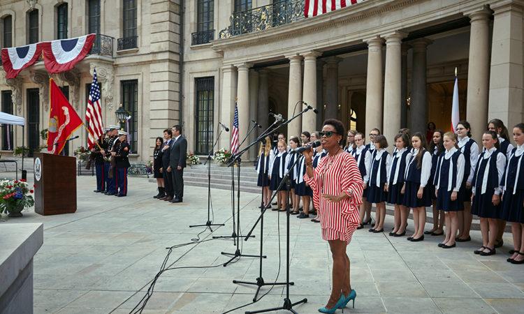 Tonya Graves zpívá americkou národní hymnu.
