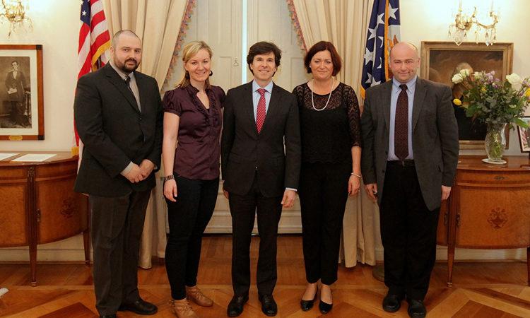 Při příležitosti Světového dne uprchlíků se velvyslanec USA v Praze Andrew Schapiro sešel s účastníky programu IVLP.