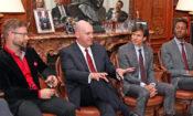 Analytik amerického ministerstva obrany a obhájce práv gayů Clarke Cooper diskutuje na rezidenci velvyslance USA s představiteli české LGBT komunity.