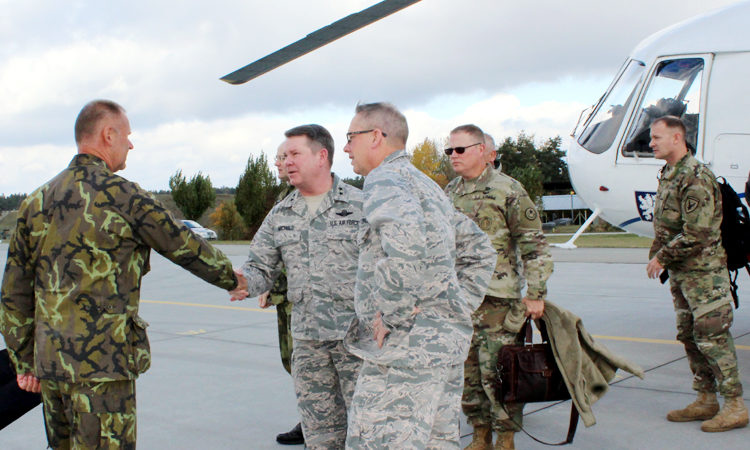 Velitelé Národních gard států Texas a Nebraska generálmajor John F. Nichols a generálmajor Daryl L. Bohac navštívili také 22. základnu vrtulníkového letectva u Náměště nad Oslavou.