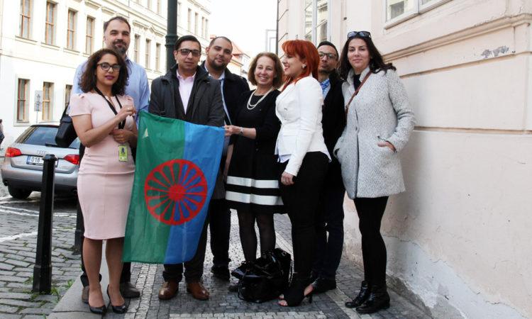 Vlajku vyvěsili na budovu velvyslanectví diplomaté společně s romskými stážisty.