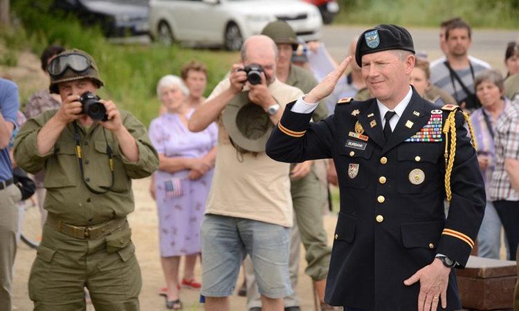 Vojenský atašé John Burbank se zúčastnil 3. června slavnostního odhalení památníku u Chlaponic na Písecku.