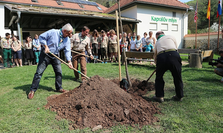 Ambassador Stephen King plants a linden tree on the occasion of the Earth Day at the Kapral Mill Scout Environmental Education Center in Moravian Karst near Brno.