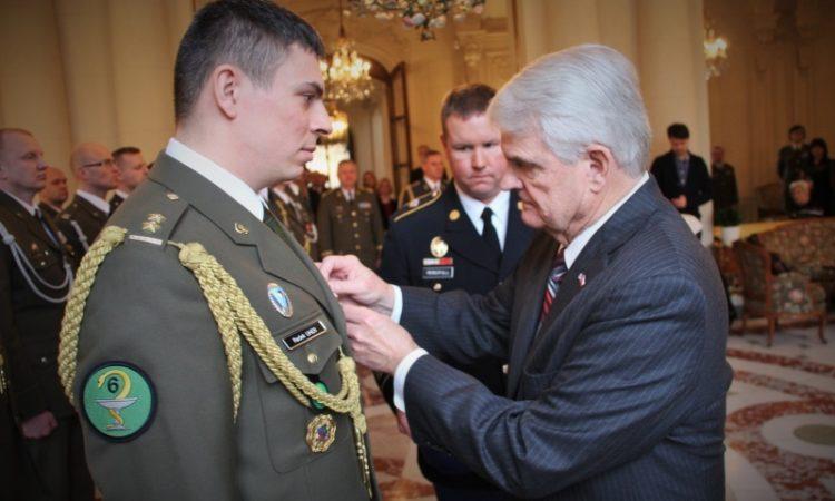 Velvyslanec předává ocenění veliteli PCHT podplukovníka Radka Uhera. Autor: Kapitánka Lada Ferkálová, Agentura vojenského zdravotnictví