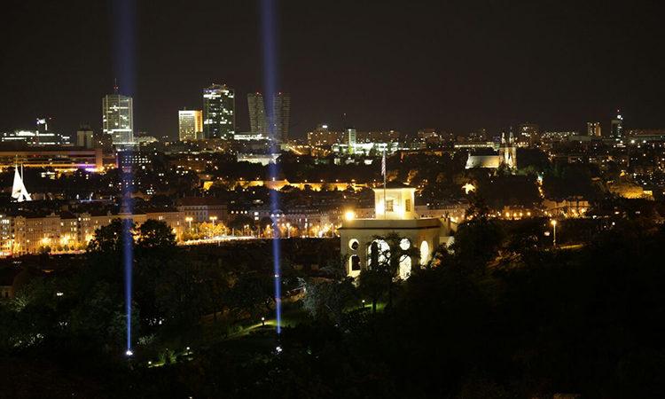 Velvyslanectví nasvítilo k 16. výročí útoků z 11. září gloriet v zahradě ambasády.