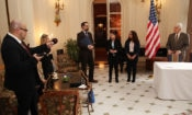 Velvyslanec King při slavnostním podepsání dohod o partnerství se čtyřmi firmami za účelem podpory programu odborných stáží pro romské studenty.